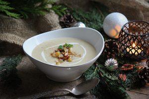 Vegane Pastinaken-Birnen-Suppe mit Pekanüssen und Zimt