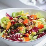 Rosenkohl-Radicchio-Salat mit gerösteten Haselnüssen