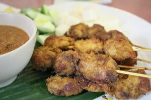 Vegane satéspieße im Loving Hut Singapur