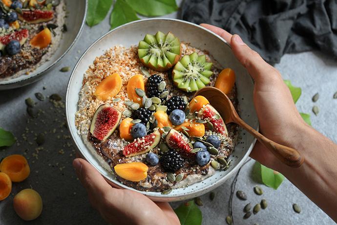 Buchweizen-Heidelbeerporridge mit Kokos und Obst