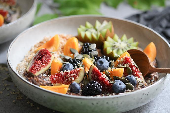 Buchweizen-Heidelbeer-Porridge mit Kokos und Obst