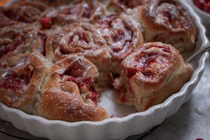 Vegane Hefeschnecken mit Cranberry-Marzipan-Füllung