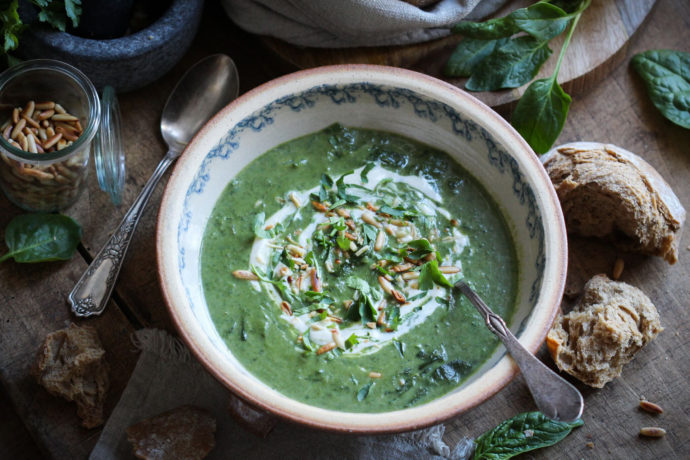 Spinatsuppe mit Kokosmilch & Pinienkern-Tahini-Topping